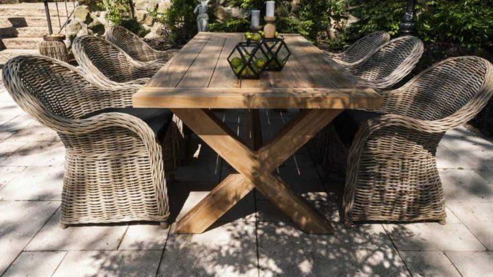 Urokliwa jadalnia na świeżym powietrzu – stół na taras drewniany